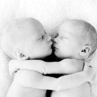 близнецы обнимаются