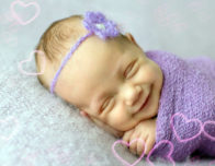 малыш улыбается во сне
