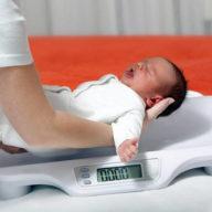 взвешиваем новорожденного