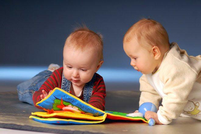 фото близнецы играют