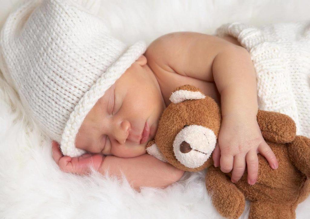 младенец с мягкой игрушкой фото