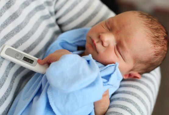 измеряем температуру у новорожденного