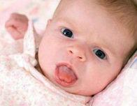 малыш высовывает язык