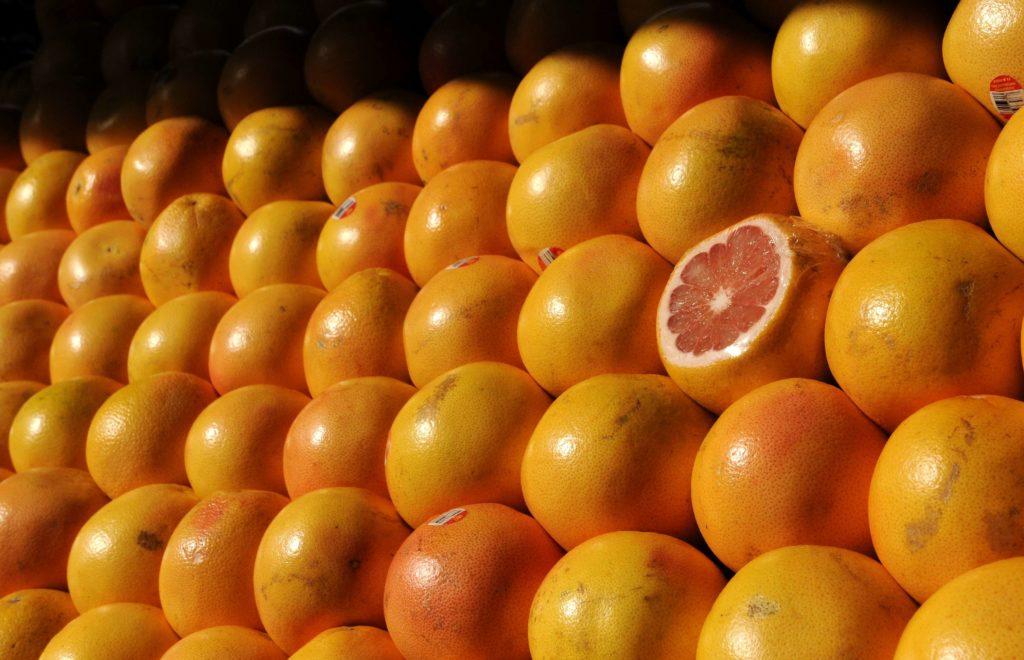 выбор грейфрута в магазине