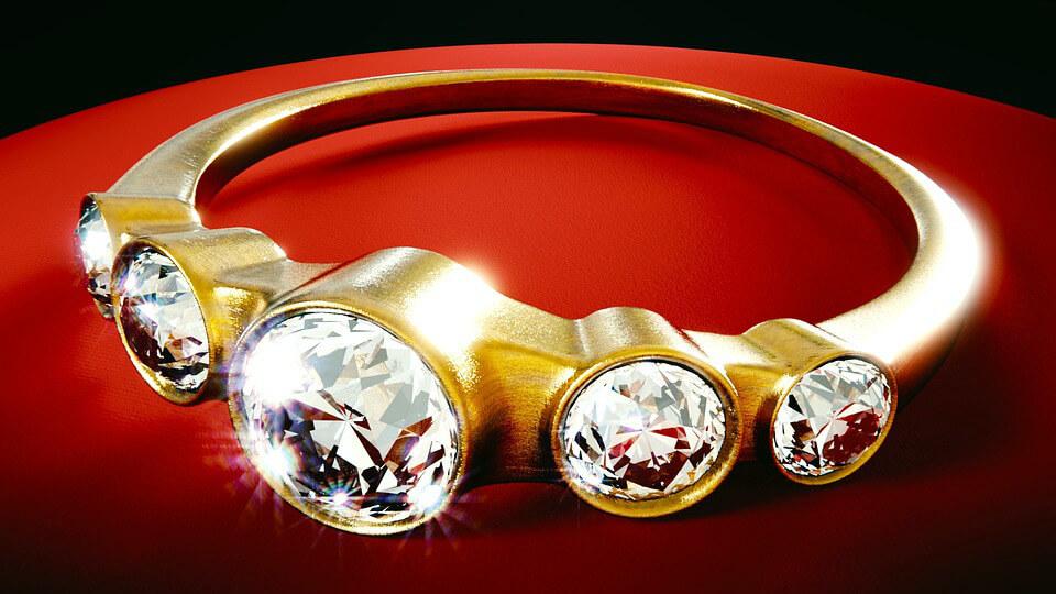 украшение с бриллиантами