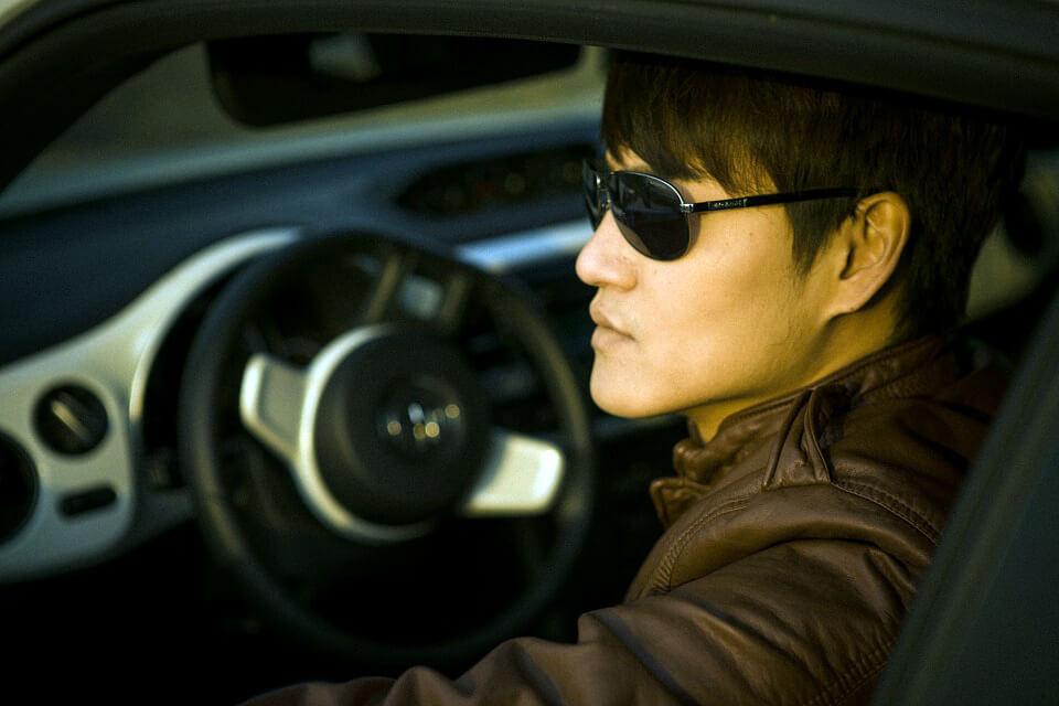 вождение за рулем в очках