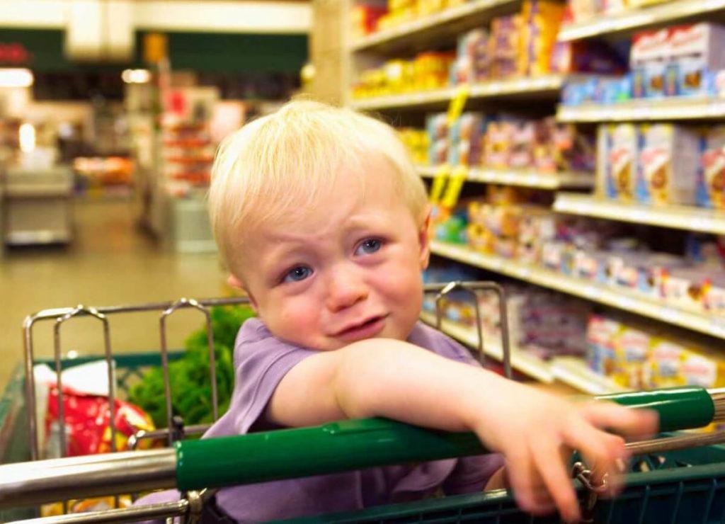 ребенок в магазине фото