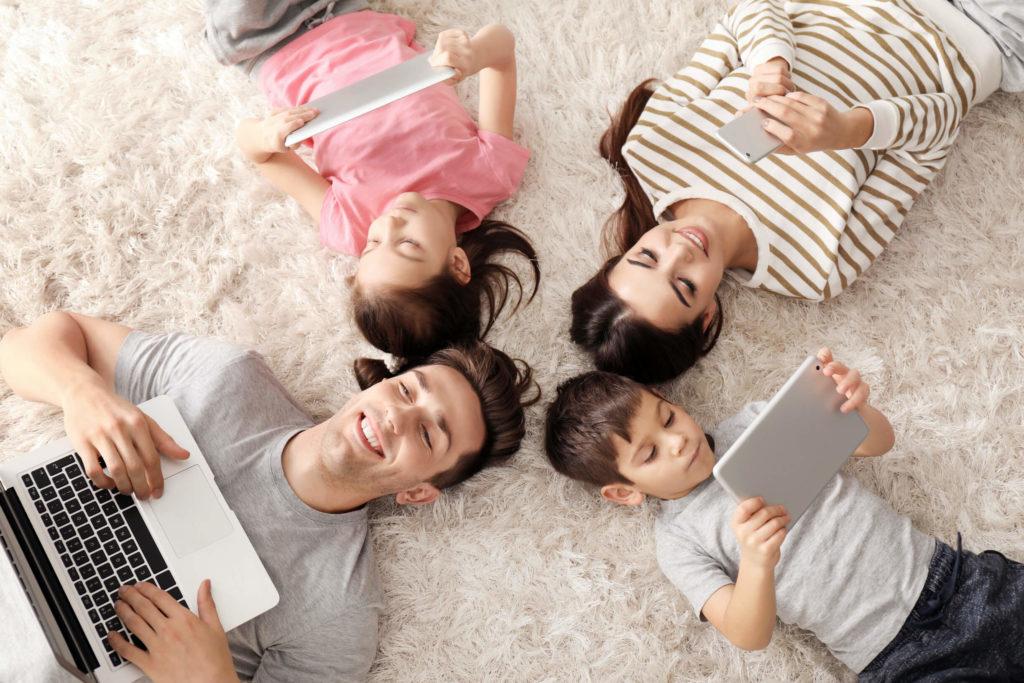 фото семья и гаджеты