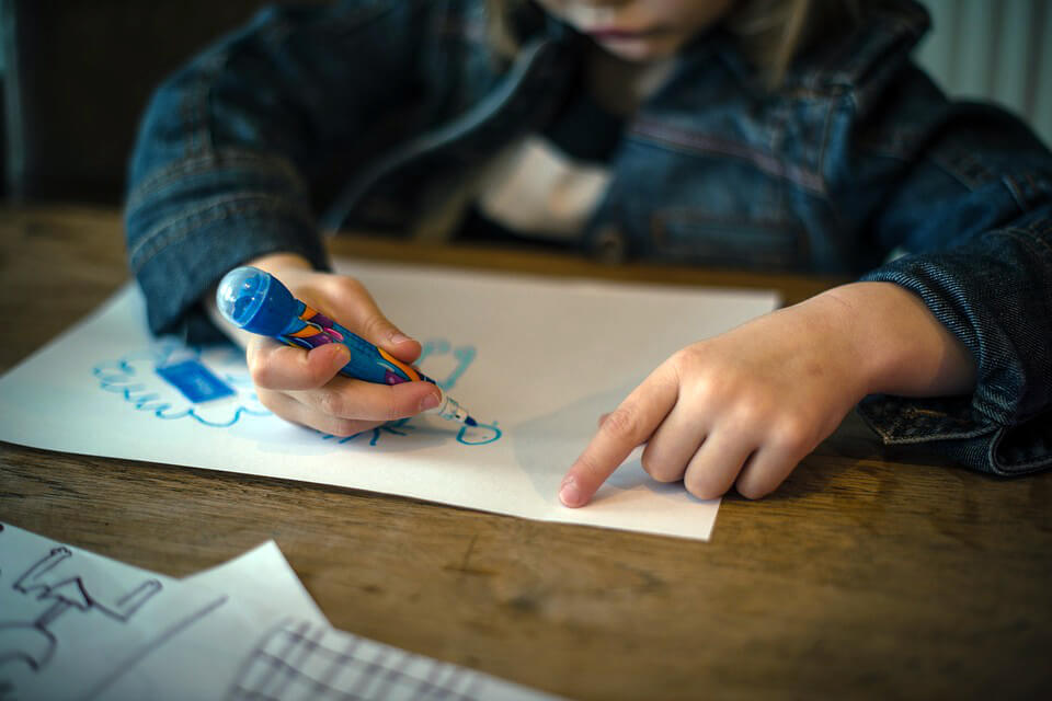 фото мальчик рисует