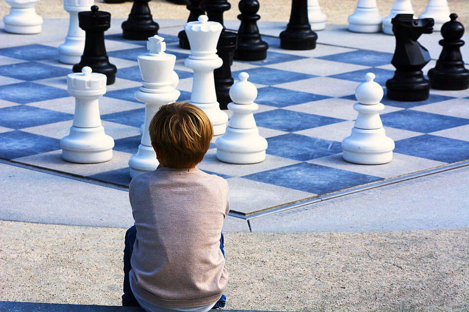фото мальчик и шахматы