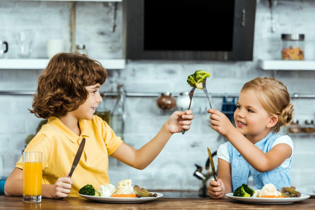 фото дети за едой