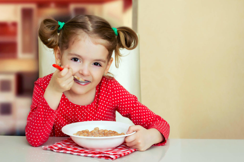 фото ребенок обедает