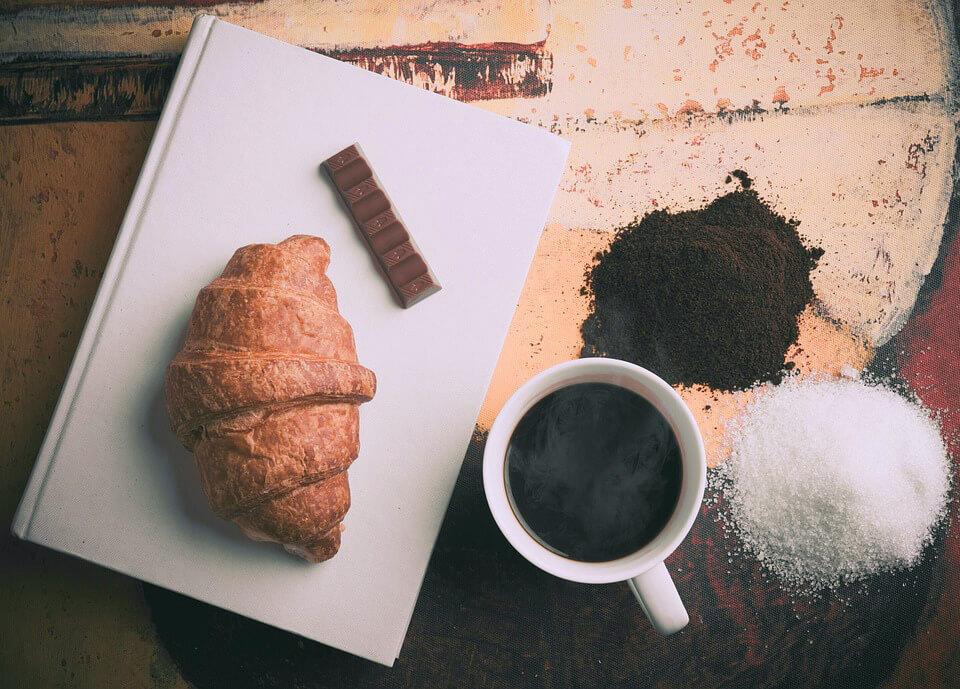 кофе, шоколад и круассан