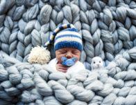 новорожденный в пледе