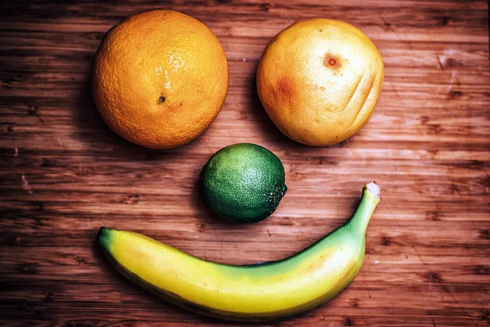 апельсины, банан и лайм