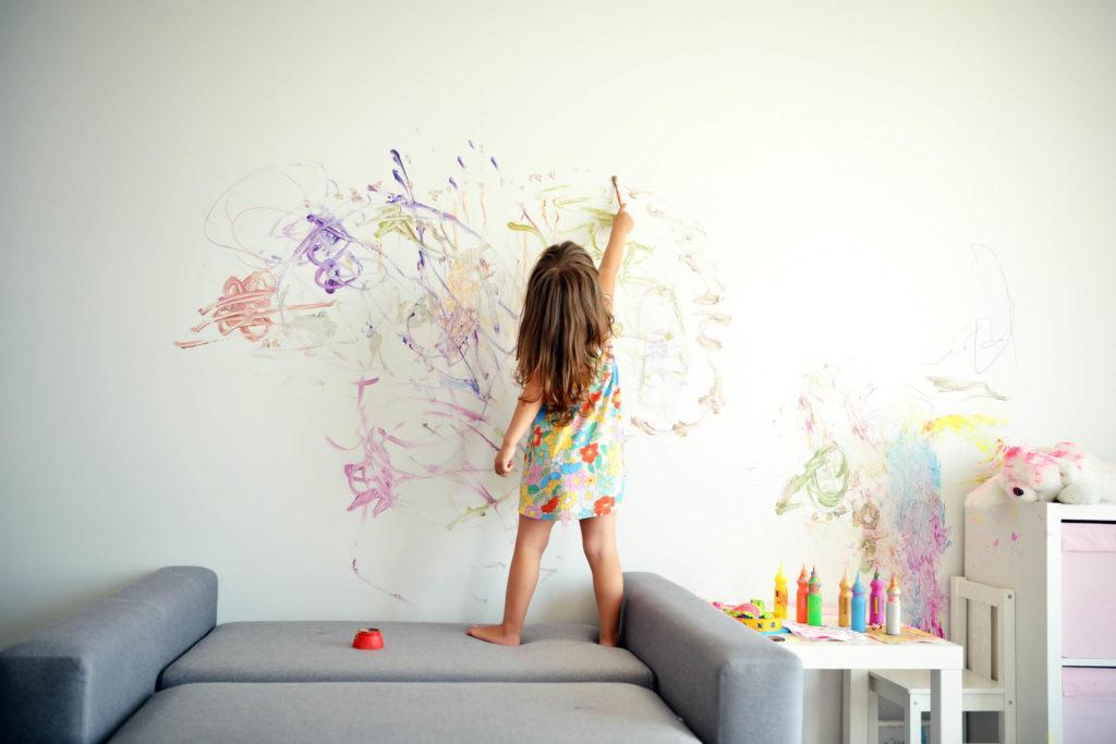ребенок разукрасил стену